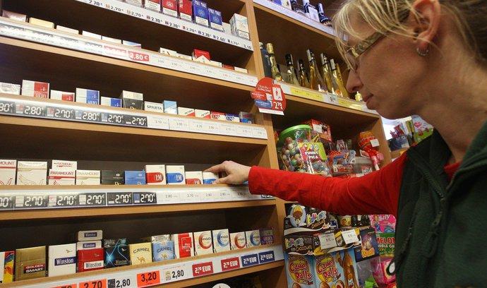 Krabička za sto korun? V Česku znovu zdraží cigarety