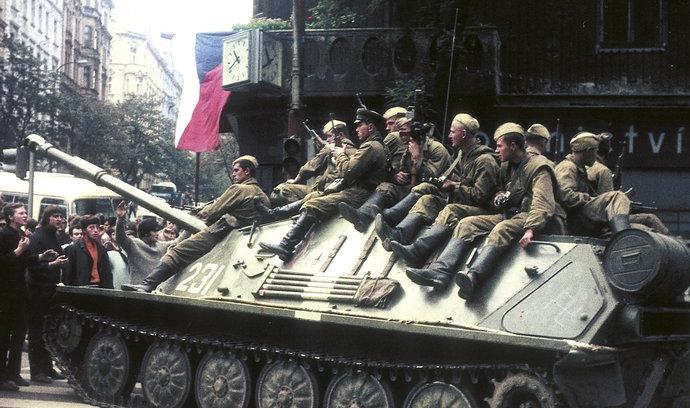 Když v Praze hořely tanky. Podívejte se na unikátní barevné snímky okupace