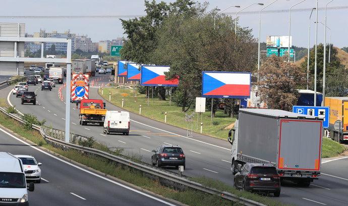 Stát se chystá odstraňovat billboardy u silnic, kličku s nekomerčním obsahem neuznává