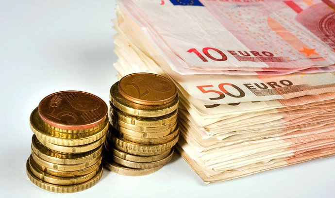 Češi po euru netouží, při cestách do zahraničí si na něj však zvykli, ukazuje průzkum