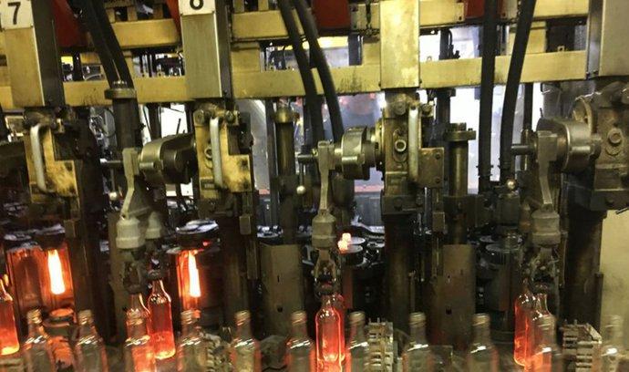 OBRAZEM: Cesta kapky skla do podoby chladné lahve trvá 110 minut