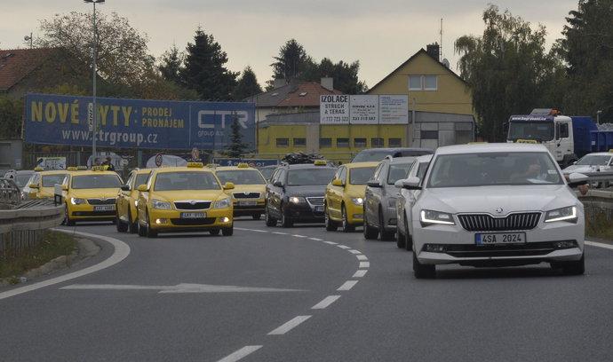 Taxikáři protestovali proti Uberu, blokovali příjezd k letišti. Čekali jsme větší akci, tvrdí policie