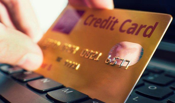 Plateb na dobírku při nákupu ve-shopech ubývá, místo nich nastupují karty