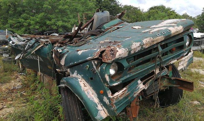 Pomalé umírání autovraků v džungli. Sem si chodí Mexičané pro náhradní díly, podívejte se