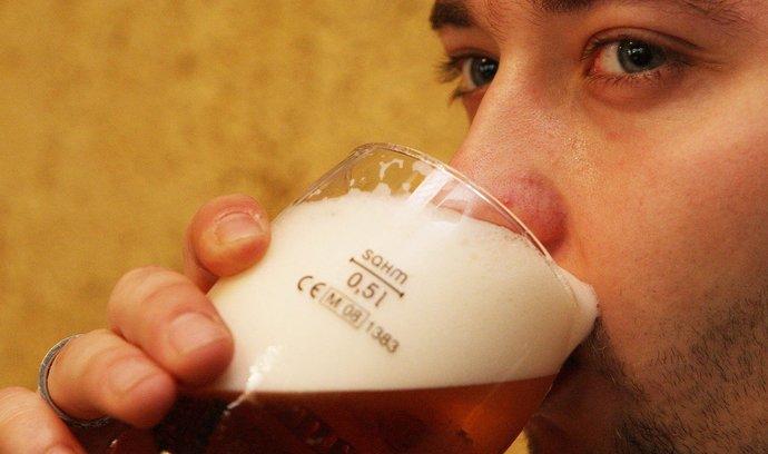 Svaz pivovarů: Snížením DPH pivo ani restaurace nejspíš nezlevní