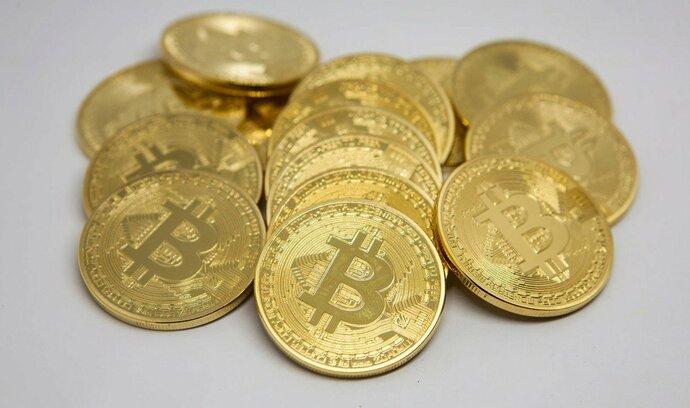Bitcoin pokračuje v pádu. Jeho hodnota klesla pod šest tisíc dolarů