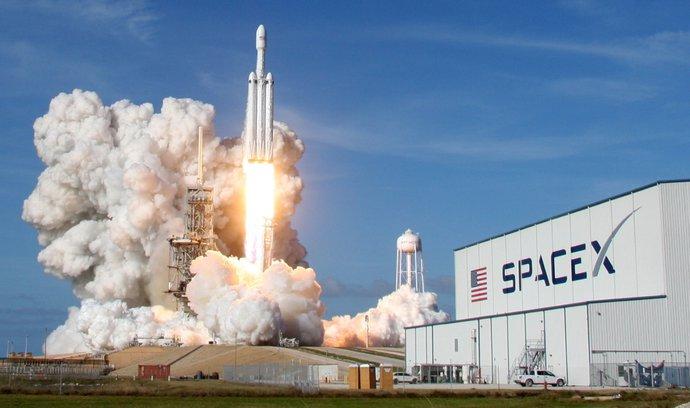 Falcon Heavy úspěšně vynesl elektromobil do kosmu. Jeden z nosičů se při návratu zřítil do moře