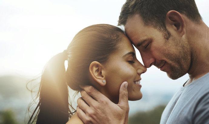 ČSÚ: Ženatí a vdané žijí o několik let déle než svobodní