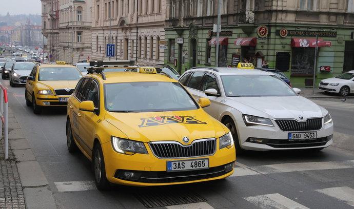 Taxikáři ukončili protest, v blokování Prahy budou ale pokračovat i v pátek