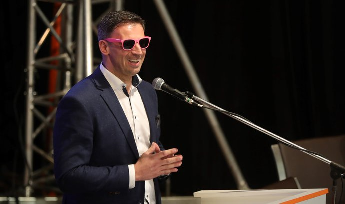 Růžové brýle na sjezdu ČSSD. Delegátům je rozdal Jiří Zimola, který jim chtěl ukázat, jak vidí ČSSD její vedení.