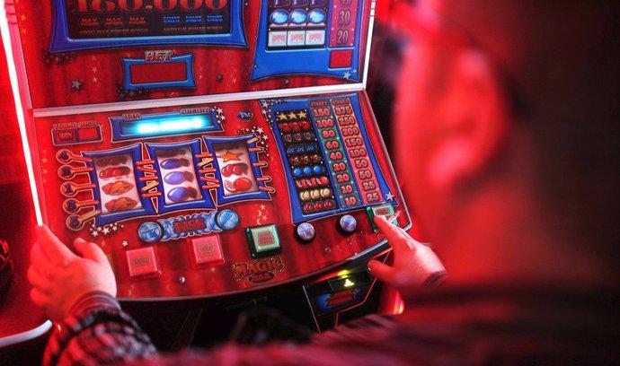 Gambleři loni prohráli čtyřicet miliard, řada se jich přesouvá na internet