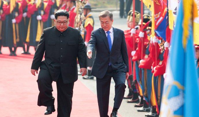 Korejský summit zahájily úsměvy a dlouhé podání ruky