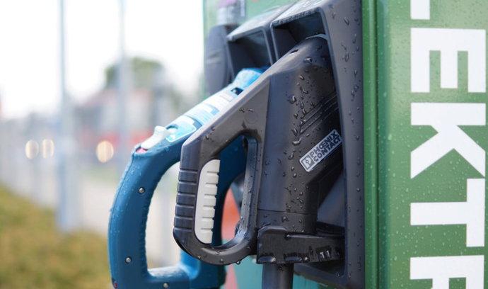 BILANCE: Dražší benzin vábí motoristy k elektřině, čas na výměnu auta ale zatím nenastal