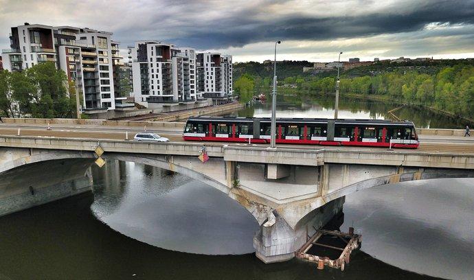 Pražské mosty nelze opravovat současně, primátorští kandidáti volají po třetím