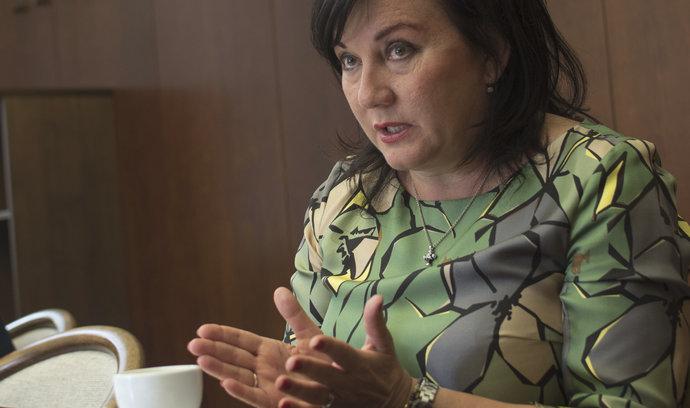Schillerová chce zrušit neobsazená úřednická místa. Zanikly by celé odbory, kontruje Hamáček