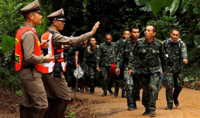 Thajci zachránili čtyři chlapce uvězněné v jeskyni. Další musí vyčkat