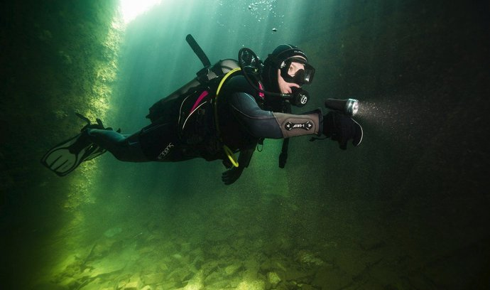 Ráj potápěčů v bývalém vězeňském táboře. Podívejte se do zatopeného estonského lomu