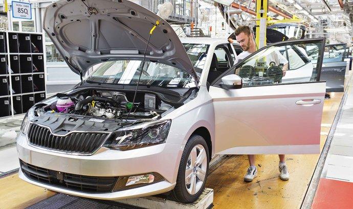 Přebytek zahraničního obchodu se v srpnu ztenčil, vývoz aut slábne
