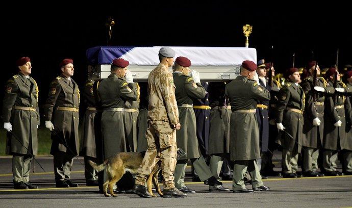 Vojenský speciál přivezl zpět do vlasti ostatky padlého vojáka