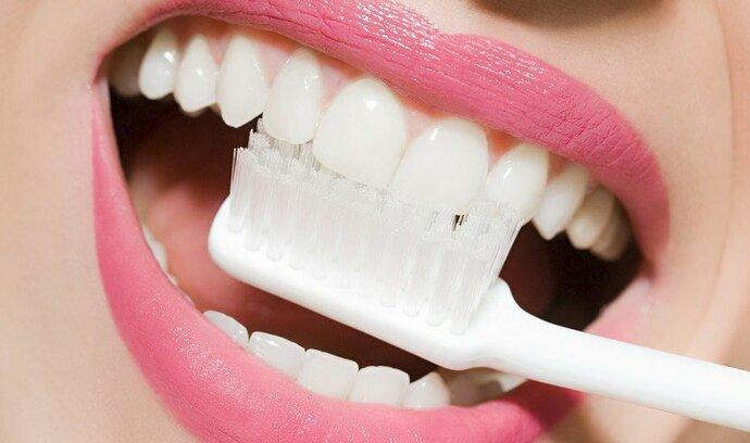 Alzheimerovu chorobu zřejmě dokáže nastartovat i obyčejný zánět dásní