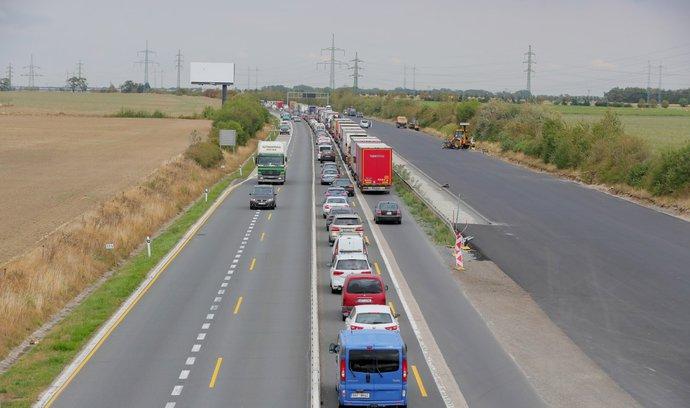 Eurovia se má po dohodě s Ťokem vrátit ke stavbě D11, naúčtuje si ale zřejmě 200 milionů navíc