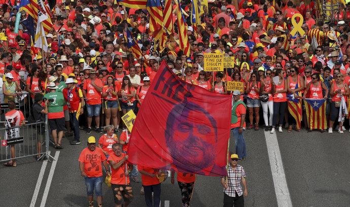 V Madridu začal soud s katalánskými separatisty, do ulic vyšli demonstranti