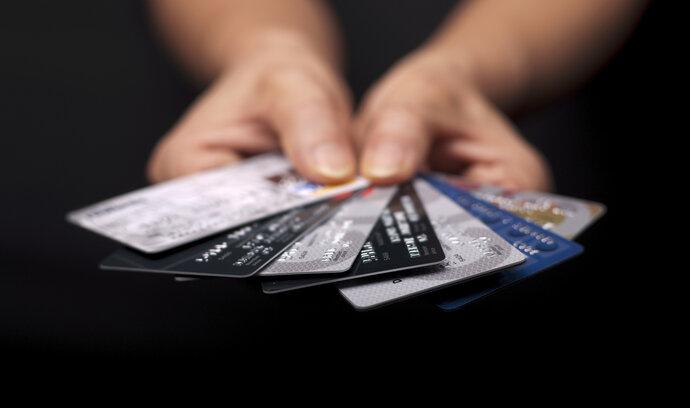 Češi loni provedli kartami miliardu plateb. V bezkontaktních transakcích patříme ke špičce