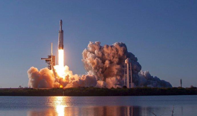 Podívejte se: Muskova raketa Falcon Heavy má za sebou první komerční let