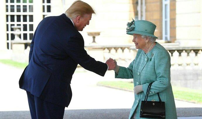 Britská královna Alžběta uvítala Donalda Trumpa. Řada politiků návštěvu bojkotuje