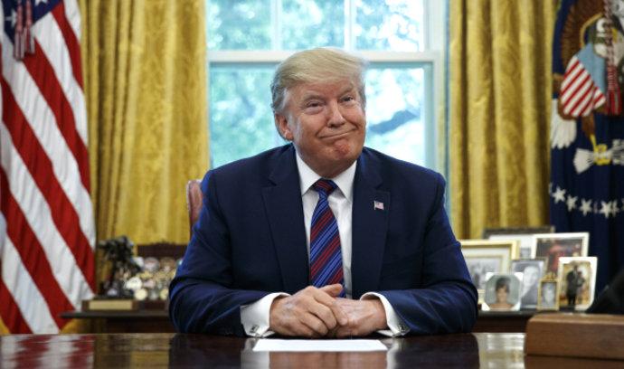 Trump prý navrhl rozmetat hurikány atomovou bombou. Nikdy jsem to neřekl, hájí se americký prezident