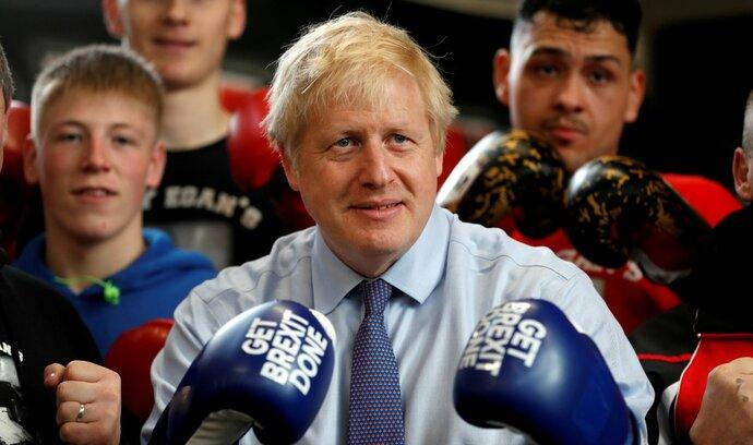 Ukončím národní utrpení, slíbil Johnson. Lídr opozice Corbyn láká na nové referendum