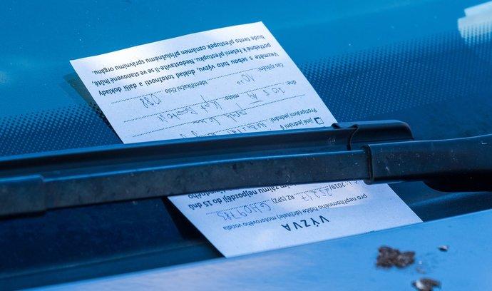 Řidiči platí Praze násobně víc na pokutách za parkování. Pomáhá elektronika i monitorovací auta