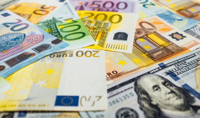 Dolar kvůli obavám z koronaviru roste, centrální banky snižují úroky