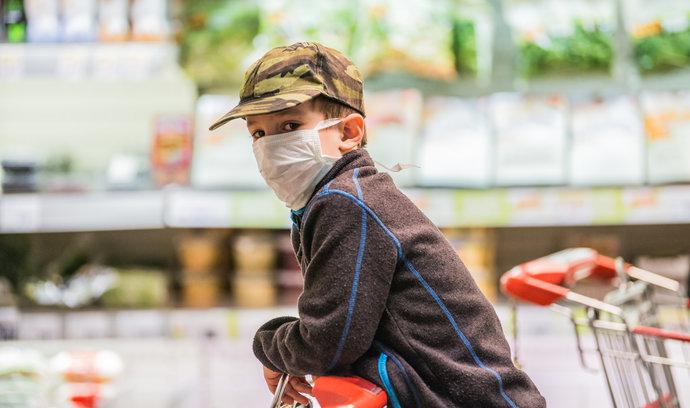 Epidemiologové by zavřeli první stupeň základek, Prymula chce roušky na zastávkách