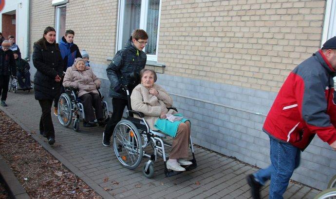 Zdravotnická pomoc EPH a J&T půjde seniorům. Na boj proti koronaviru přispěje i Komárkova skupina