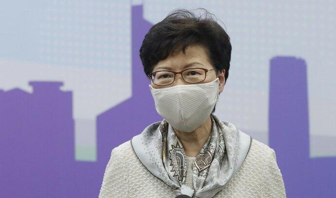 Odveta za potírání disentu. USA uvalily sankce na správkyni Hongkongu Lamovou a další činitele