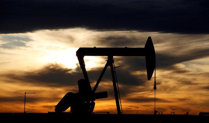 Druhá vlna koronaviru opět srazí poptávku po ropě, čeká IEA