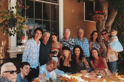 To je rodinka: Čtyři generace Douglasů na jedné fotce!