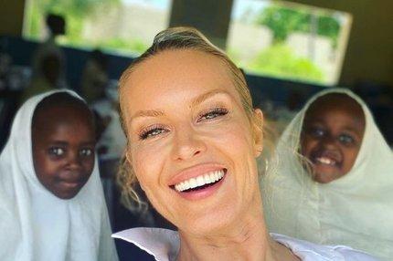 Simona Krainová v Africe: Pomáhá dětem v sexy kraťasech