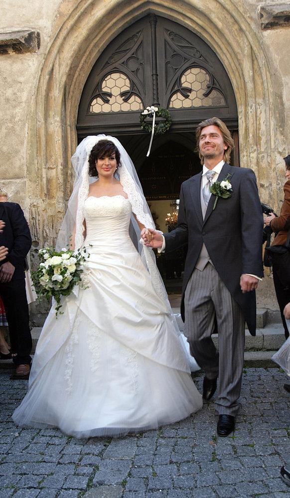 Po prvním novomanželském polibku oba zářili štěstím. Svatební noc strávili na zámku.