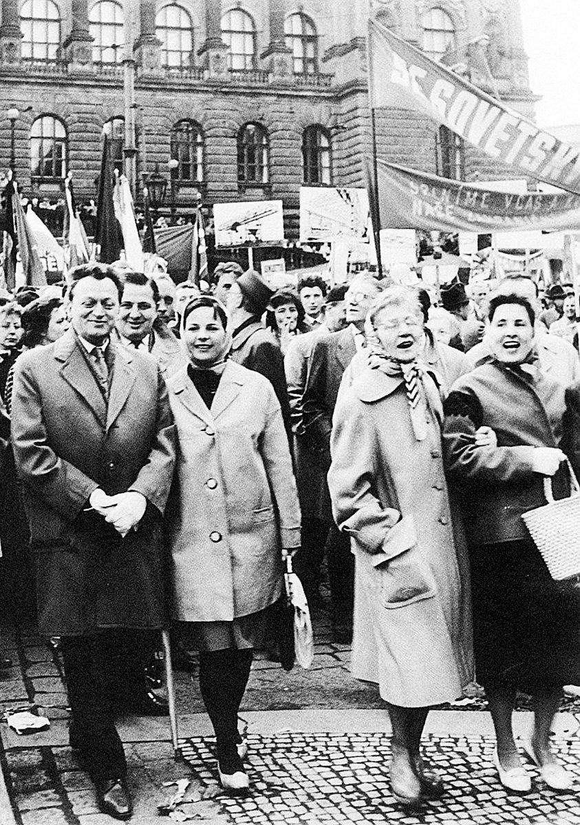 Pelikánová (vpravo) v padesátých letech na oslavách 1. máje – s Marií Brožovou a Jiřinou Švorcovou (vlevo).