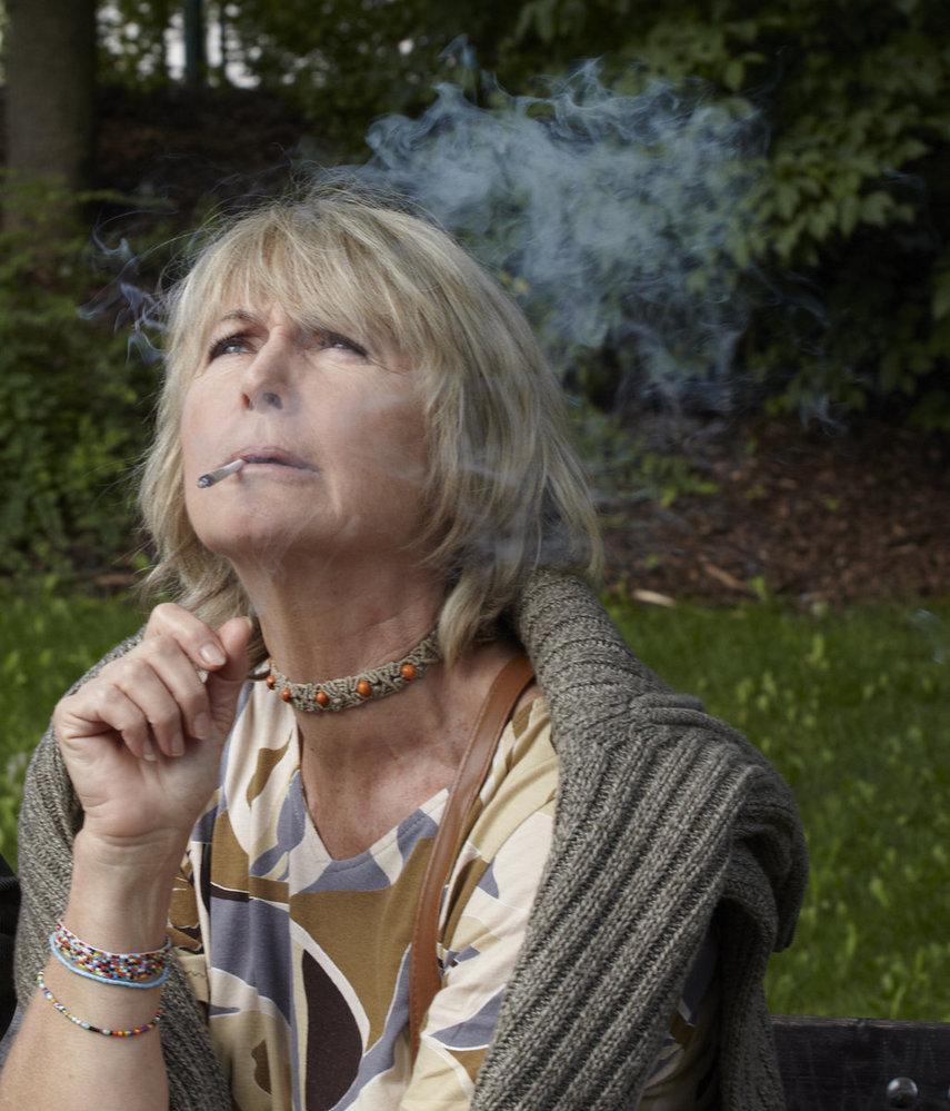Balzerová jako Libuška hulička si labužnicky dopřává cigaretu z trávy.