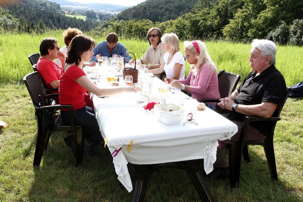 Opulentní hostina se konala přímo na louce mezi vysokou trávou.