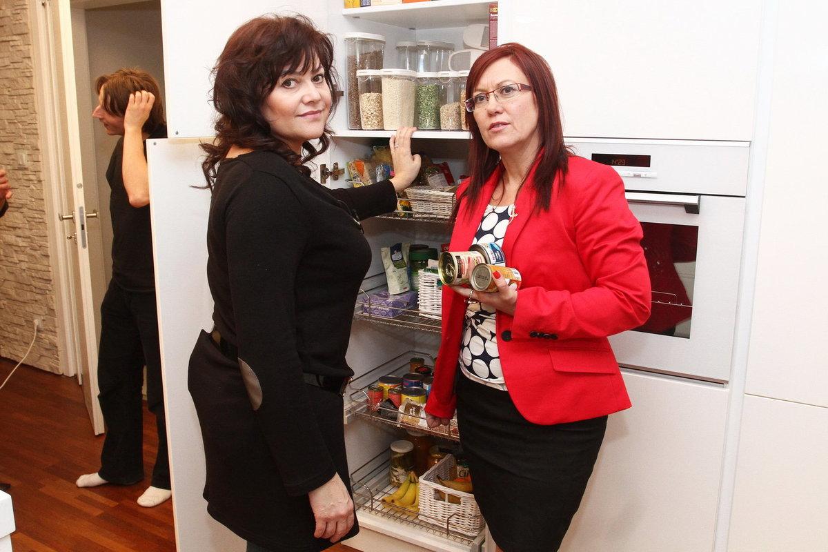 Kateřina Cajthamlová (vpravo) doporučila Iloně luštěniny, vločky, rýži, kuskus... Také musí důkladně číst složení potravin.