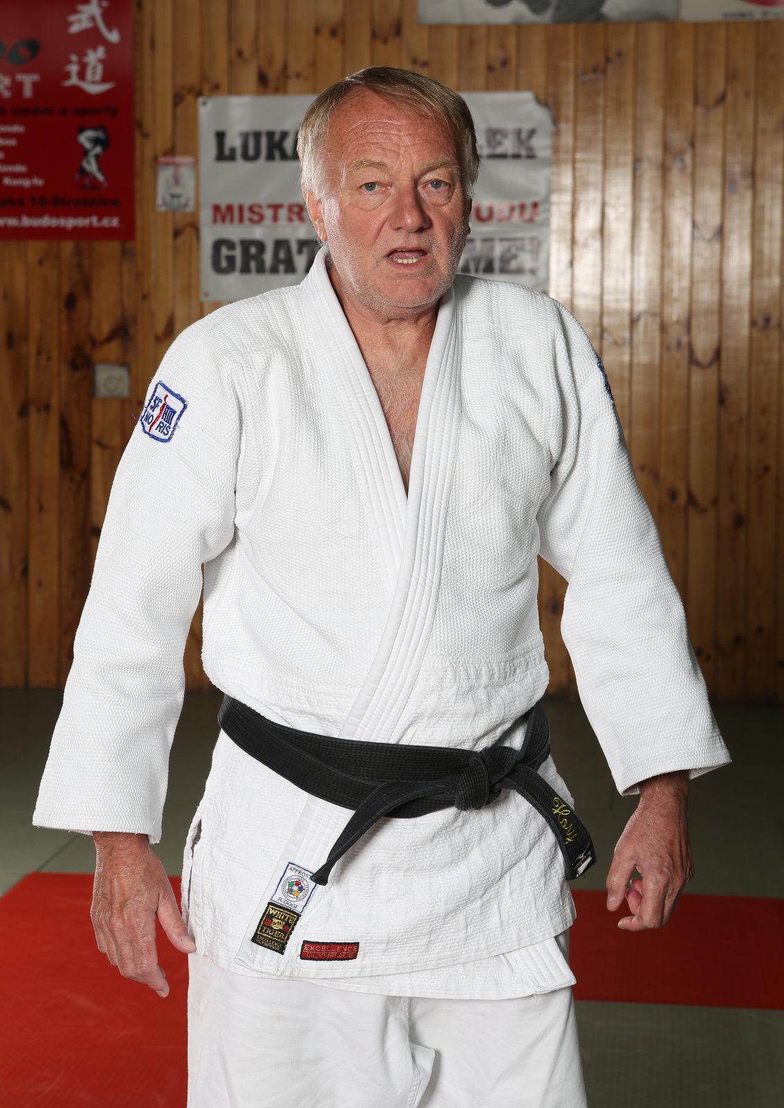 Luděk Sobota se zase po letech oblékl do kimona, které mu ve filmu »Jáchyme, hoď ho do stroje!« tak seklo.