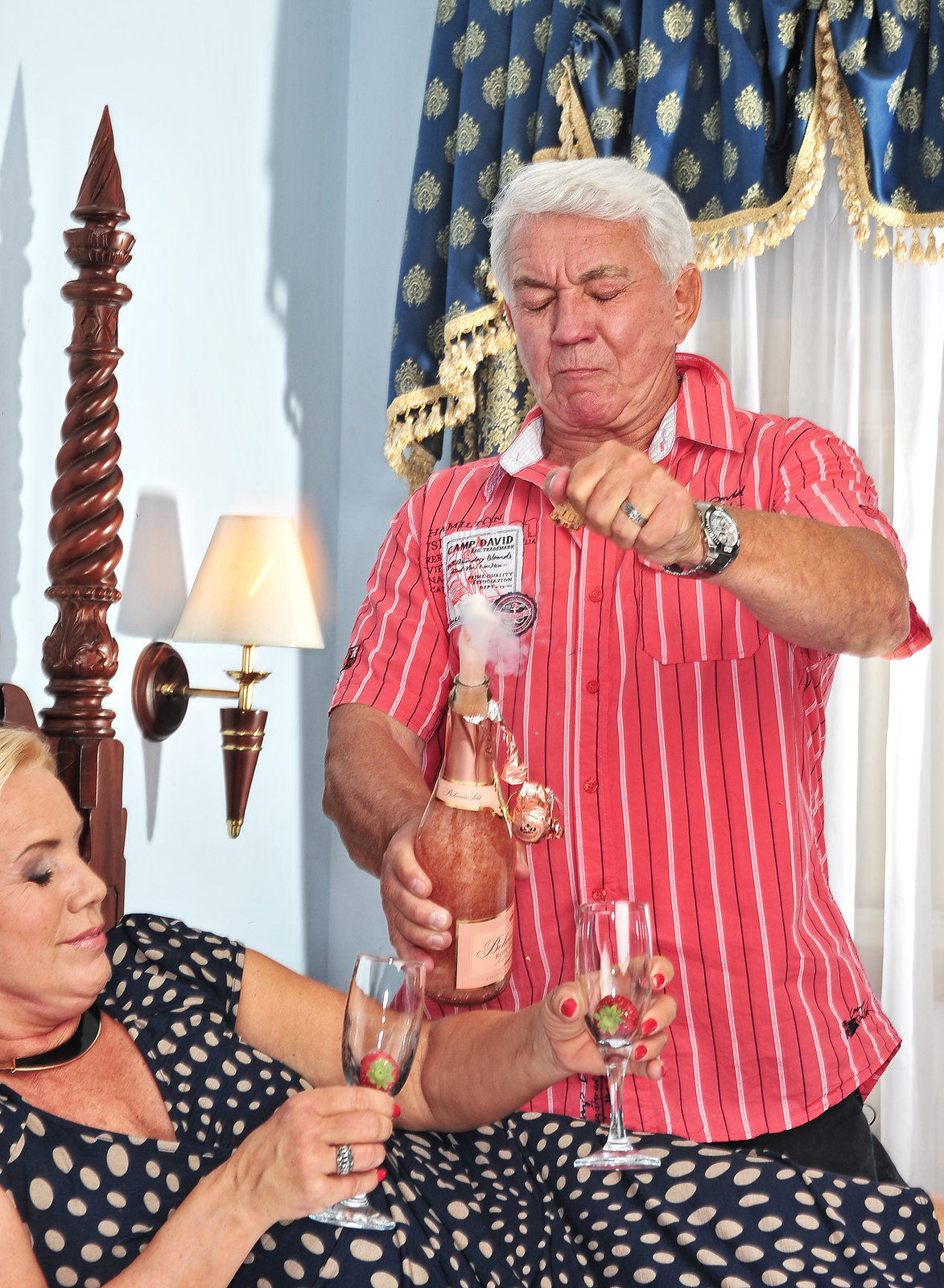 Šampaňské ale skončilo všude jinde než ve skleničkách...