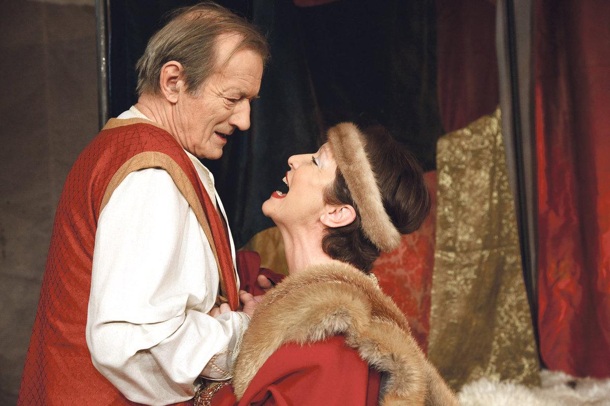 Radek Brzobohatý jako anglický král Jindřich II. a Hana Maciuchová coby jeho žena Eleonora ve hře Lev v zimě