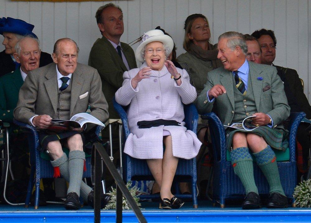 Alžběta,Philip i Charlesse od plic zasmáli.