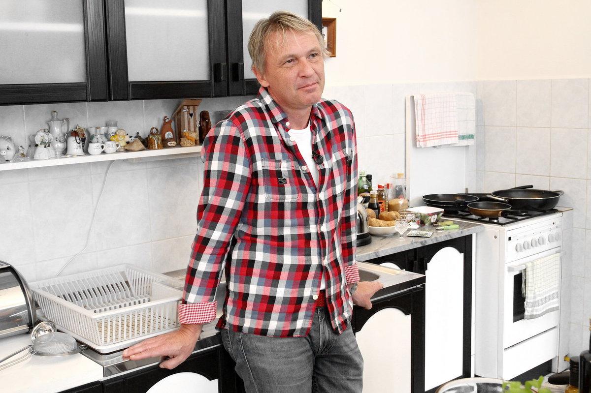 """. """"Hostitel nemusí být vynikající kuchař, protože lidé zapomenou, co jste pro ně udělali, zapomenou, co jste jim řekli, ale nezapomenou, jak se vedle vás cítili,"""" říká moudře pan farář Zbigniew Czendlik."""