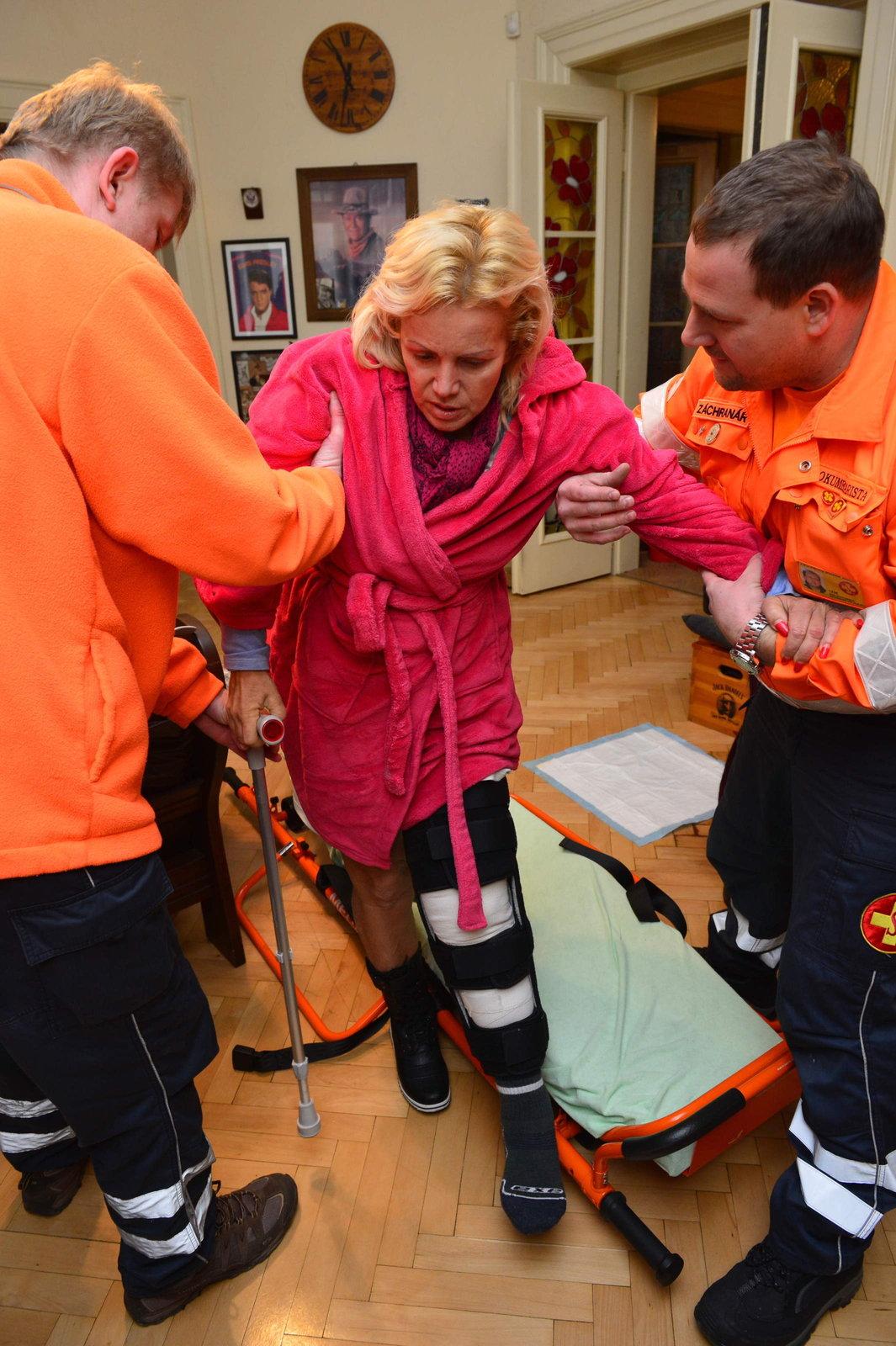 Hanka s pomocí zdravotníků odkráčela do své ložnice